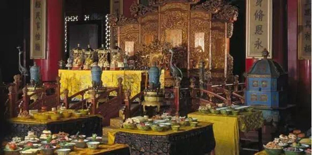 Cuộc sống xa hoa tột bậc của Từ Hy Thái Hậu: Ăn 120 sơn hào hải vị mỗi bữa, có riêng một tuyến đường sắt đi lại trong cung - Ảnh 7.