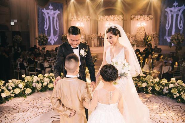 Đám cưới sang chảnh với 10.000 bông hoa tươi và váy đính 5.000 viên pha lê của cô dâu xinh đẹp ở Hà Nội - Ảnh 7.