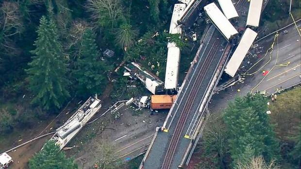 Mỹ: Tàu cao tốc trật đường ray, hàng chục người thương vong - Ảnh 7.