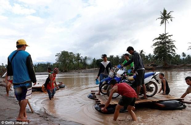 Bão Tembin: Đang buộc lại thuyền trên bờ sông, một người đàn ông bị cá sấu dìm xuống nước và ăn thịt - Ảnh 4.