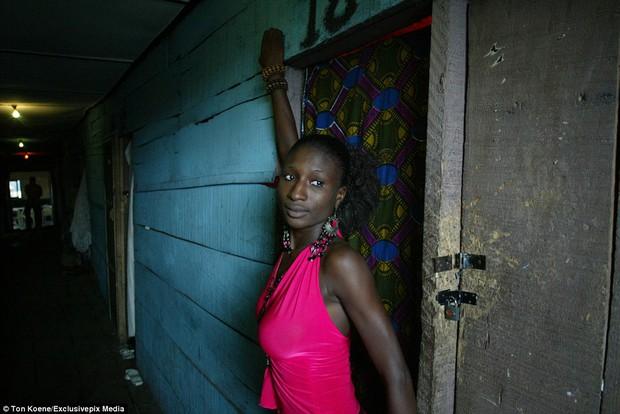 Bên trong nhà thổ nơi hàng chục nghìn gái mại dâm nhiễm HIV hành nghề và reo rắc nỗi kinh hoàng cho nhân loại - Ảnh 7.