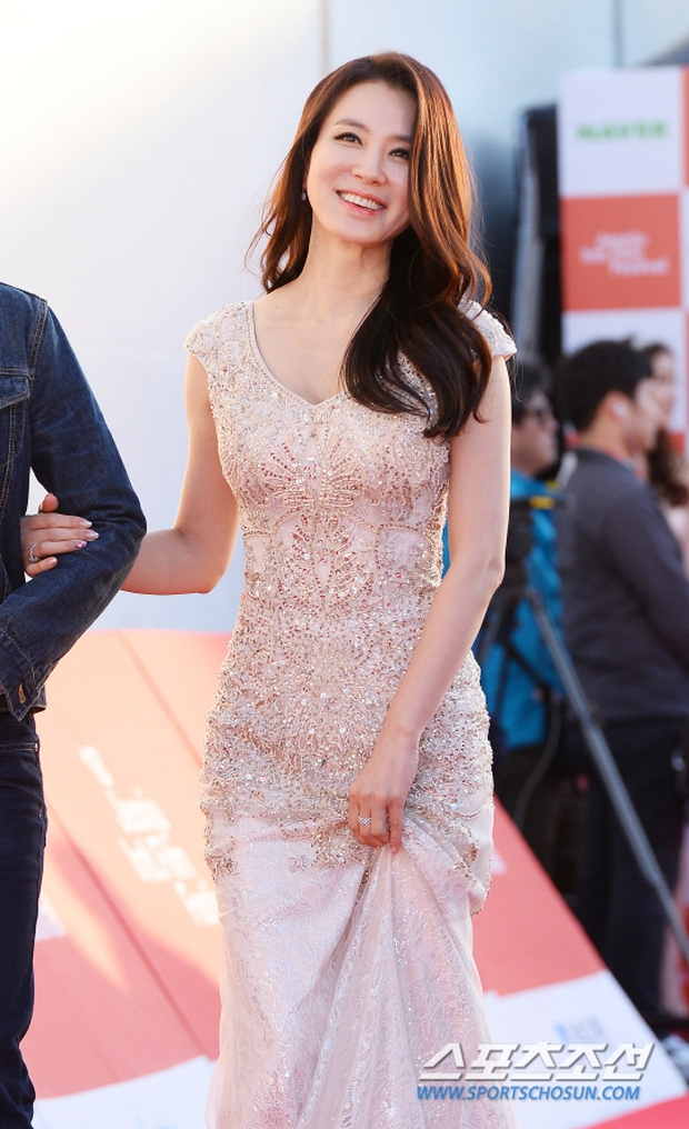 Thảm đỏ liên hoan phim quốc tế gây chú ý với màn đọ sắc của loạt mỹ nhân không tuổi đình đám xứ Hàn - Ảnh 8.
