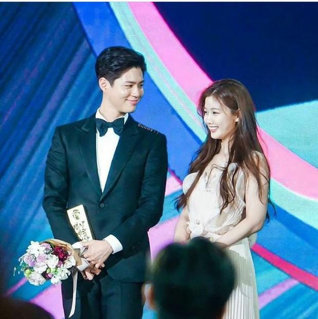 Khi mọi người chú ý vào thảm đỏ Baeksang, có một Kim Yoo Jung thầm lặng chỉnh áo cho Park Bo Gum - Ảnh 8.