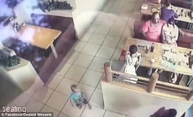 Tin tức thế giới: Bắt cóc trẻ em dù bà mẹ ngồi ngay trước mặt - Ảnh 2.