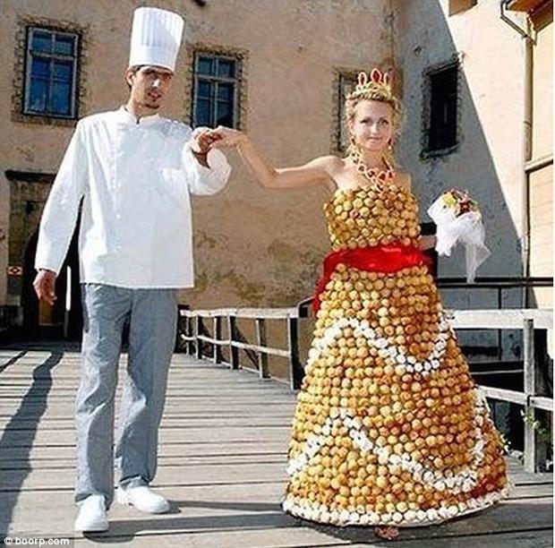 Những bộ váy cưới khiến khách đi ăn tiệc cười chết ngất: Độc là được, xấu đẹp miễn bàn - Ảnh 7.