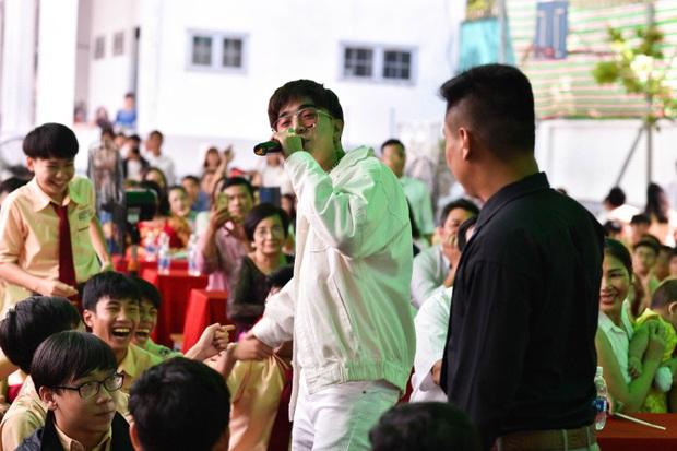 Only C, Miu Lê trở về tuổi thơ trong lễ Khai giảng trường TH-THCS-THPT Mỹ Việt - Ảnh 10.
