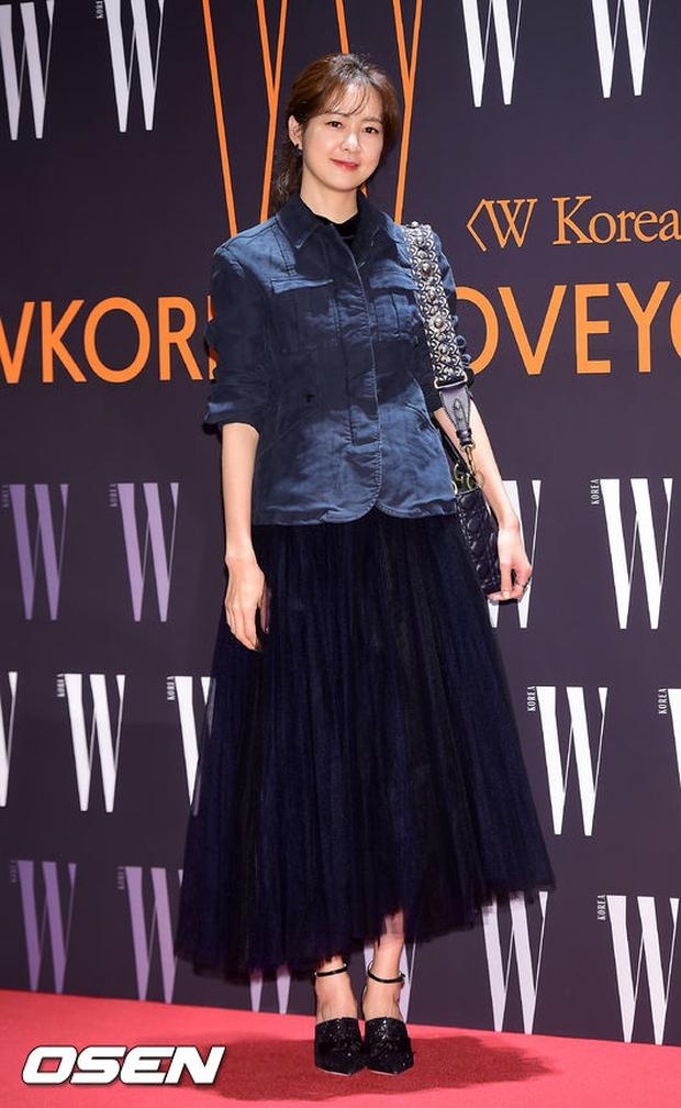 """Sự kiện hiếm có: """"Mẹ Kim Tan"""" Kim Sung Ryung hở bạo, cùng dàn mỹ nhân không tuổi thay nhau """"đè bẹp"""" các nhan sắc đàn em - Ảnh 8."""