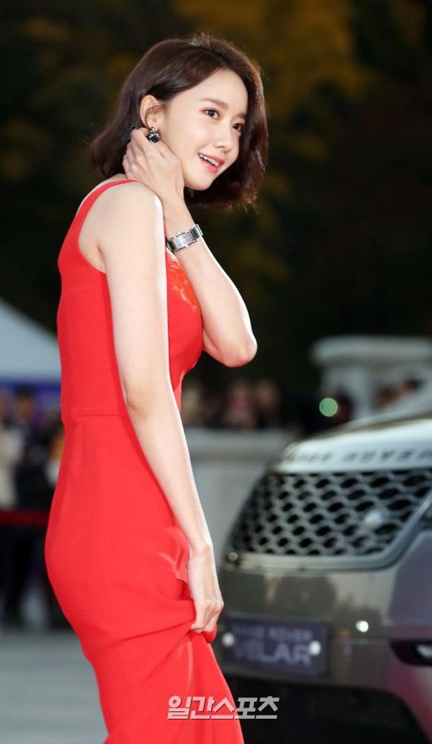 """Thảm đỏ The Seoul Awards: """"Hoa hậu Hàn đẹp nhất thế giới"""" chiếm hết spotlight, Yoona (SNSD) liên tục dùng tay che vòng 1 khiêm tốn - Ảnh 8."""