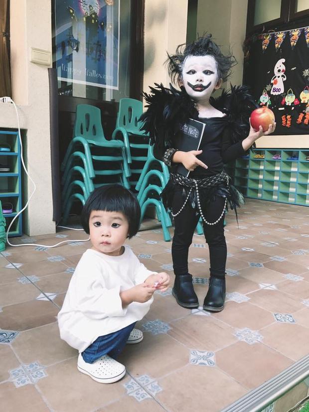 """Chán""""Con ma Vô Diện"""", chị em nhà cô bé Meng Meng diện ngay trang phục thần chết trong Death Note cực kì ấn tượng - Ảnh 5."""