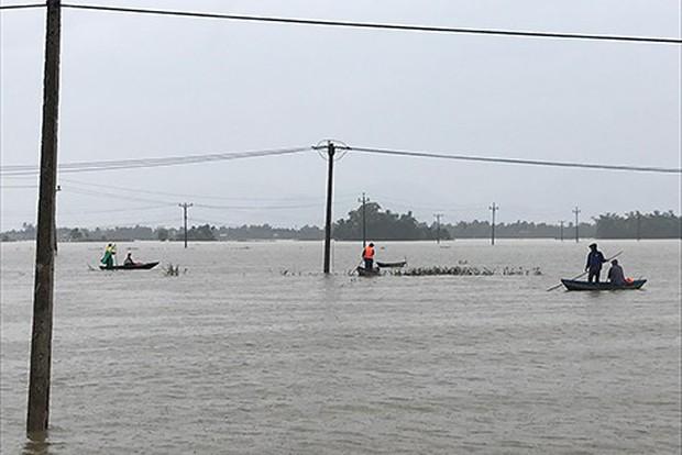 Bão số 12 đã đổ bộ vào đất liền: Hàng nghìn nhà dân ở Khánh Hòa bị sập tường, bay mái - Ảnh 9.