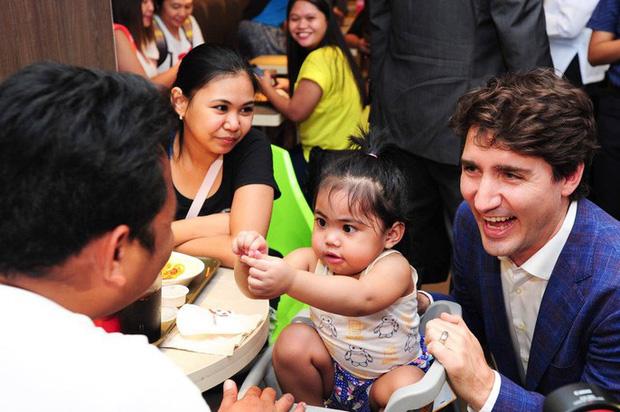 Thủ tướng điển trai Justin Trudeau đi mua gà rán, nước dâu tây và vui vẻ selfie với người hâm mộ tại Philippines - Ảnh 8.