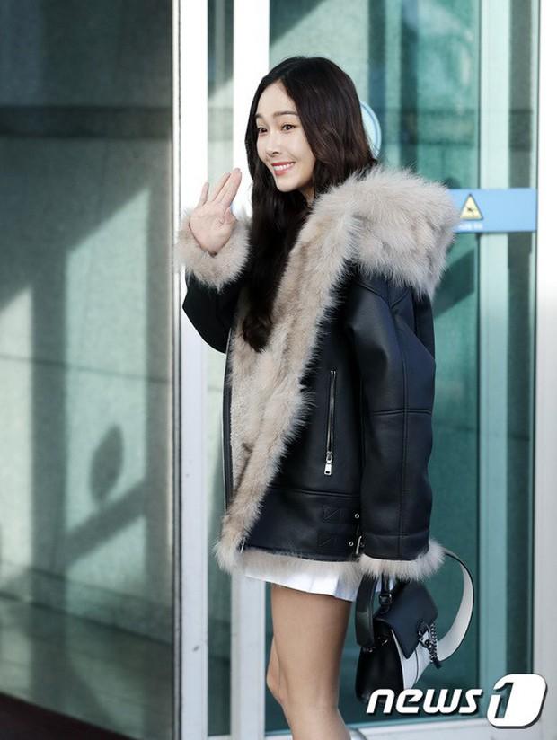 Jessica trở lại thời kỳ đỉnh cao nhan sắc nhưng lại lộ chân tong teo, Sunmi cùng dàn sao Hàn đổ bộ sân bay - Ảnh 8.