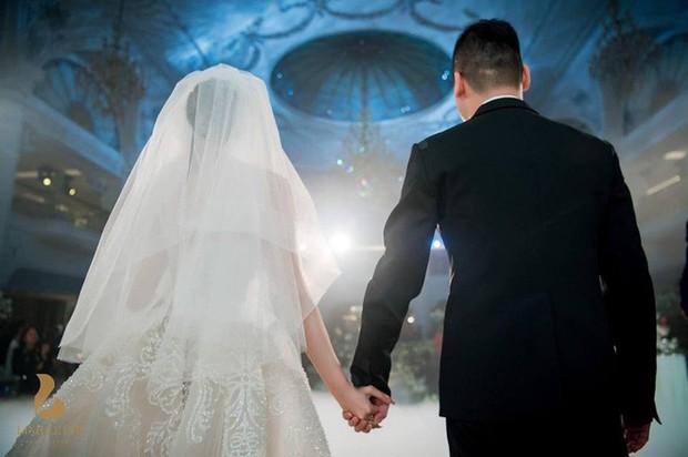 Đám cưới sang chảnh với 10.000 bông hoa tươi và váy đính 5.000 viên pha lê của cô dâu xinh đẹp ở Hà Nội - Ảnh 8.