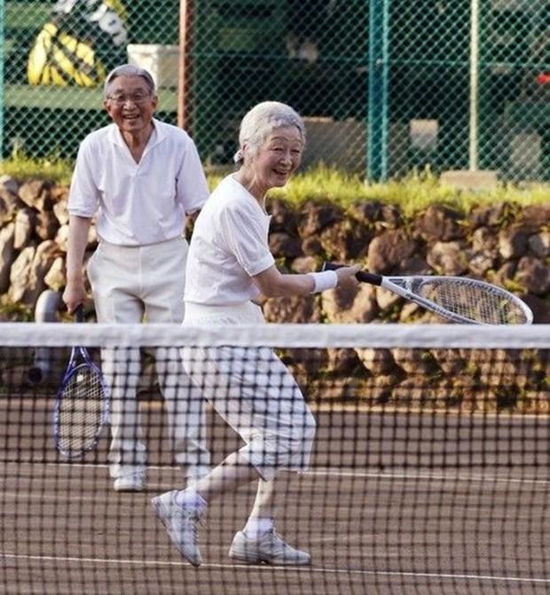 Nhà vua và Hoàng hậu Nhật Bản, mối tình hoàng tộc - thường dân, 60 năm đến đầu bạc và vẫn muốn yêu mãi mãi - Ảnh 8.
