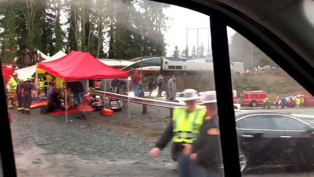 Mỹ: Tàu cao tốc trật đường ray, hàng chục người thương vong - Ảnh 8.