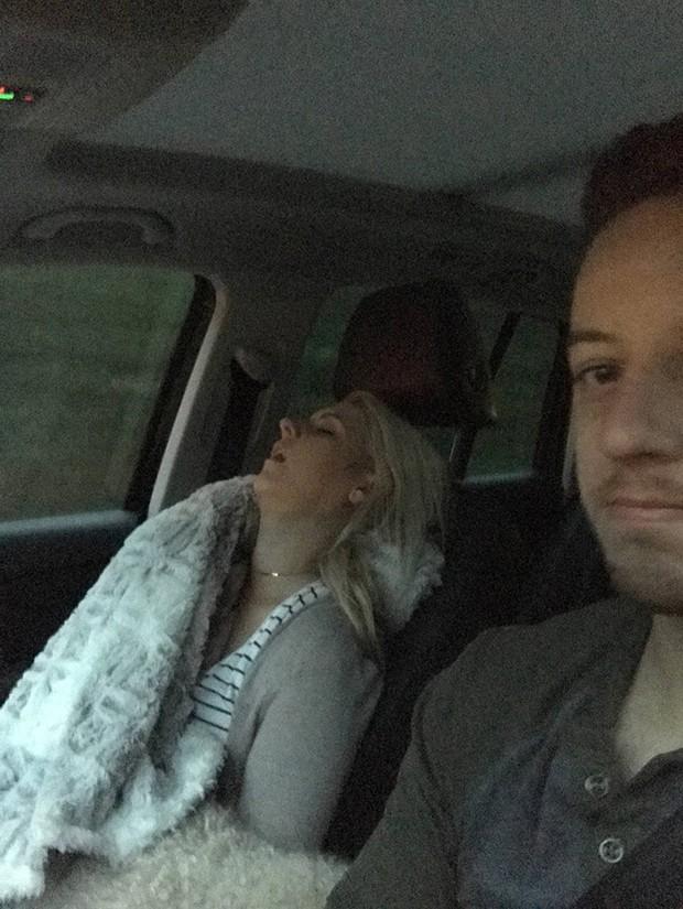 Ông chồng có tâm nhất năm: Cứ nhằm lúc vợ ngủ ngáy trên xe là chụp ảnh rồi khoe khắp mạng xã hội - Ảnh 8.