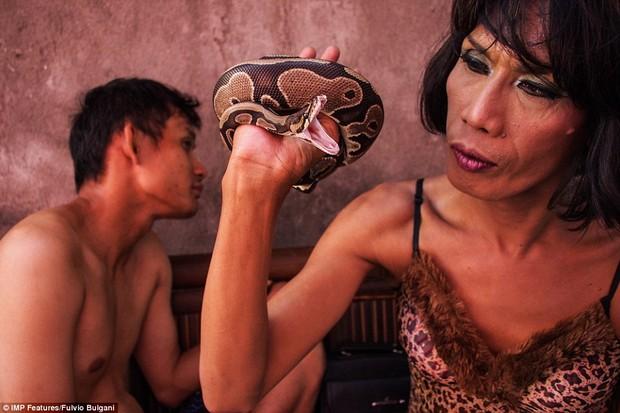 Chùm ảnh: Cuộc sống tủi nhục của người chuyển giới Indonesia - Ảnh 5.