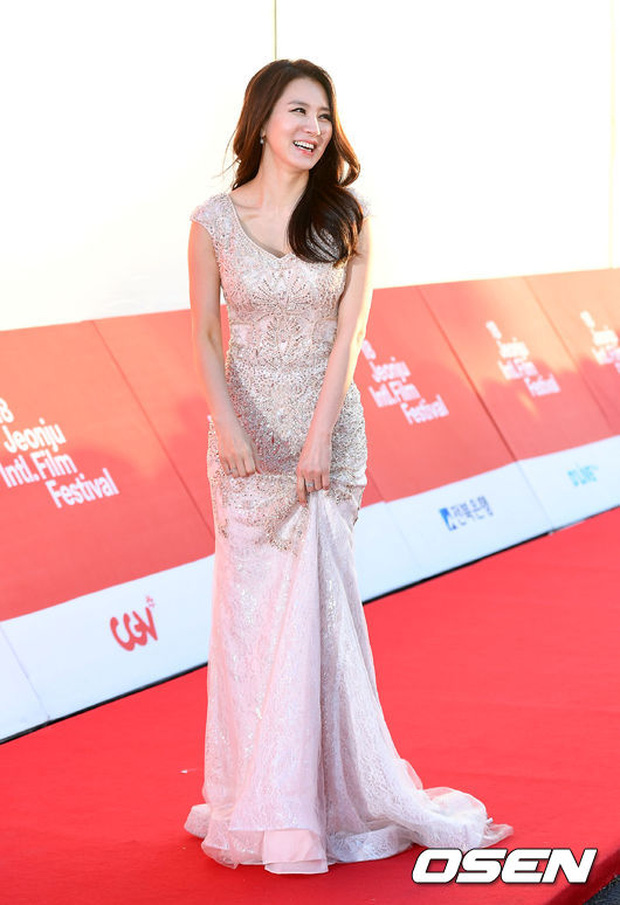 Thảm đỏ liên hoan phim quốc tế gây chú ý với màn đọ sắc của loạt mỹ nhân không tuổi đình đám xứ Hàn - Ảnh 9.