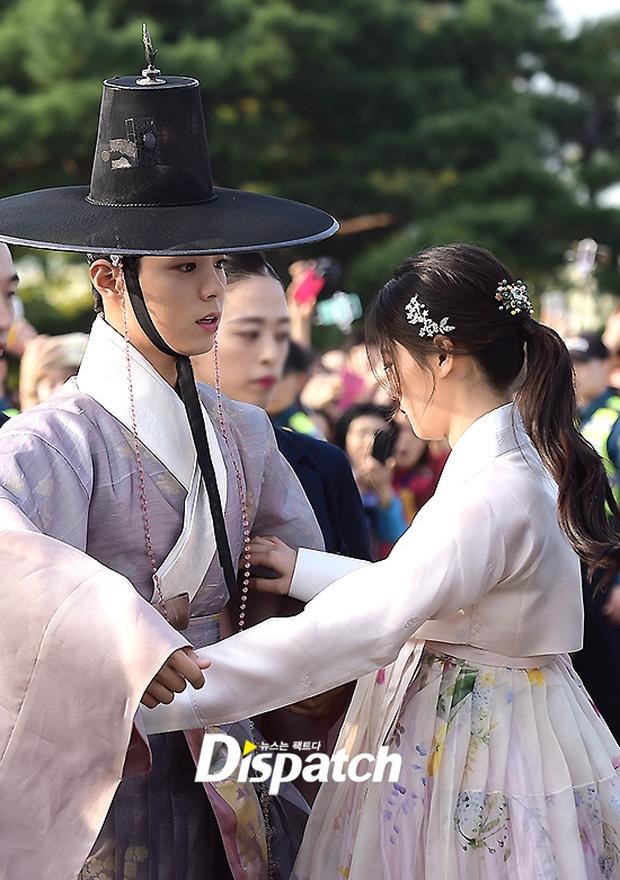 Khi mọi người chú ý vào thảm đỏ Baeksang, có một Kim Yoo Jung thầm lặng chỉnh áo cho Park Bo Gum - Ảnh 10.