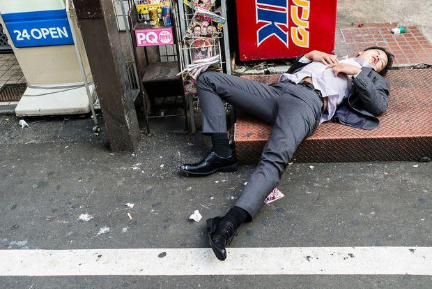 Những gã say xỉn từ ga tàu cho đến đường phố: Nét văn hóa tiệc tùng của giới công sở Nhật Bản - Ảnh 7.