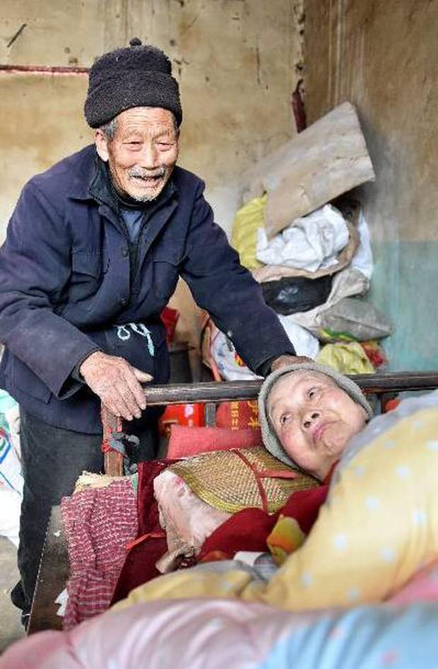 Kết hôn được 5 tháng vợ mắc bệnh tê liệt toàn thân, người chồng bên cạnh chăm sóc 58 năm - Ảnh 6.