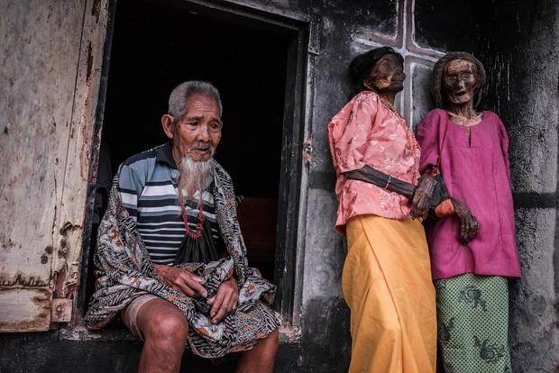 Ăn chung mâm, ngủ chung nhà với thi thể suốt cả năm trời: Những tập tục rùng rợn nhất ở Indonesia - Ảnh 9.