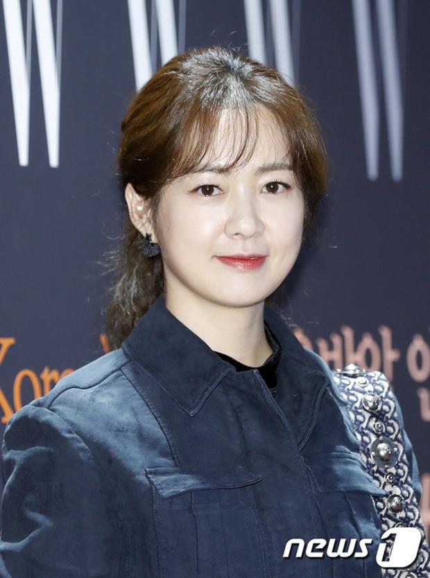 """Sự kiện hiếm có: """"Mẹ Kim Tan"""" Kim Sung Ryung hở bạo, cùng dàn mỹ nhân không tuổi thay nhau """"đè bẹp"""" các nhan sắc đàn em - Ảnh 9."""