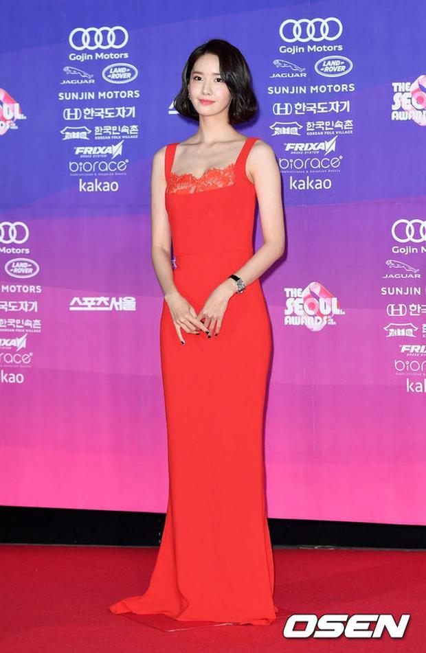 """Thảm đỏ The Seoul Awards: """"Hoa hậu Hàn đẹp nhất thế giới"""" chiếm hết spotlight, Yoona (SNSD) liên tục dùng tay che vòng 1 khiêm tốn - Ảnh 9."""