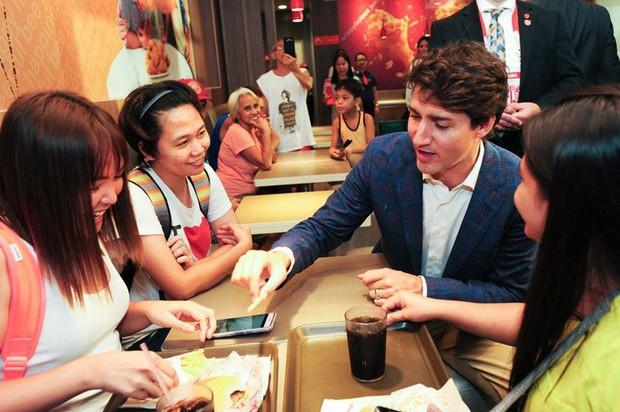 Thủ tướng điển trai Justin Trudeau đi mua gà rán, nước dâu tây và vui vẻ selfie với người hâm mộ tại Philippines - Ảnh 9.
