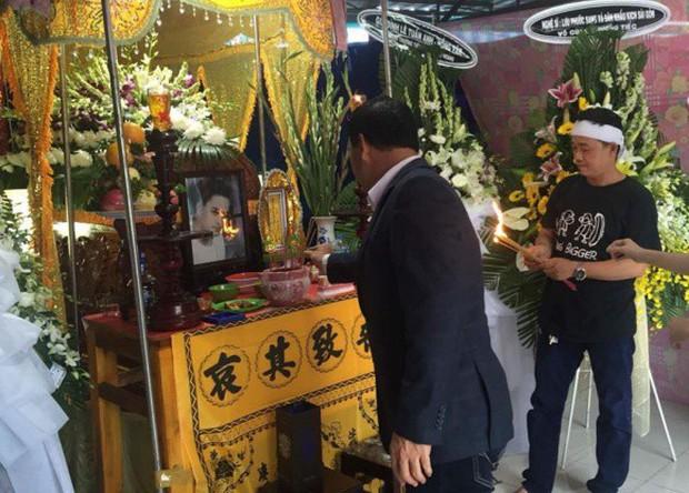 MC Quyền Linh cùng nhiều đồng nghiệp tới viếng diễn viên Nguyễn Hoàng - Ảnh 3.