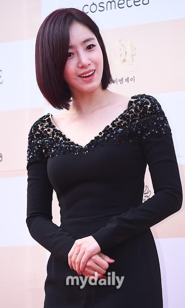Thảm đỏ Liên hoan phim: Em trai Kim Tae Hee tái xuất, Phạm Băng Băng Hàn Quốc diện đầm khó hiểu bên Eunjung - Ảnh 9.