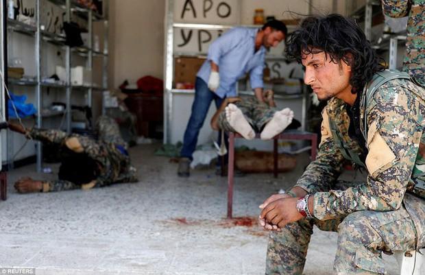 Những hình ảnh đau thương về cuộc chiến chống IS - Ảnh 9.