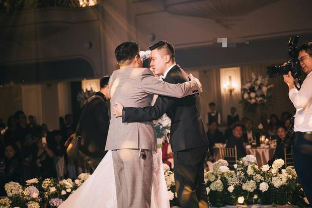 Đám cưới sang chảnh với 10.000 bông hoa tươi và váy đính 5.000 viên pha lê của cô dâu xinh đẹp ở Hà Nội - Ảnh 9.