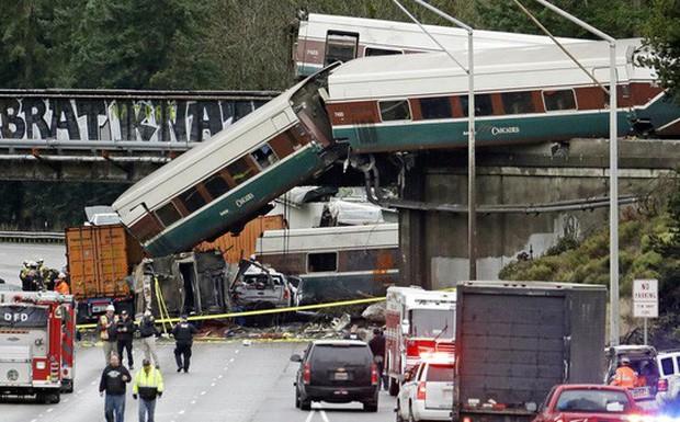 Mỹ: Tàu cao tốc trật đường ray, hàng chục người thương vong - Ảnh 9.