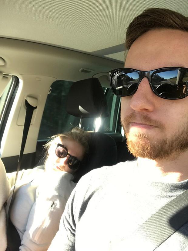 Ông chồng có tâm nhất năm: Cứ nhằm lúc vợ ngủ ngáy trên xe là chụp ảnh rồi khoe khắp mạng xã hội - Ảnh 9.