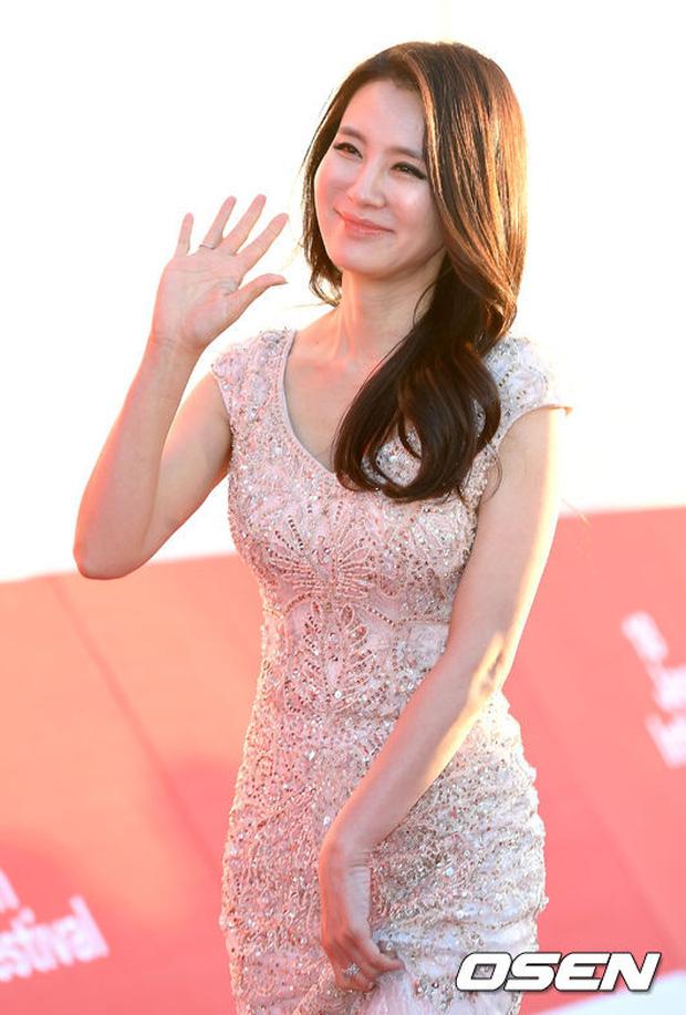 Thảm đỏ liên hoan phim quốc tế gây chú ý với màn đọ sắc của loạt mỹ nhân không tuổi đình đám xứ Hàn - Ảnh 10.