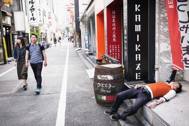 Những gã say xỉn từ ga tàu cho đến đường phố: Nét văn hóa tiệc tùng của giới công sở Nhật Bản - Ảnh 8.