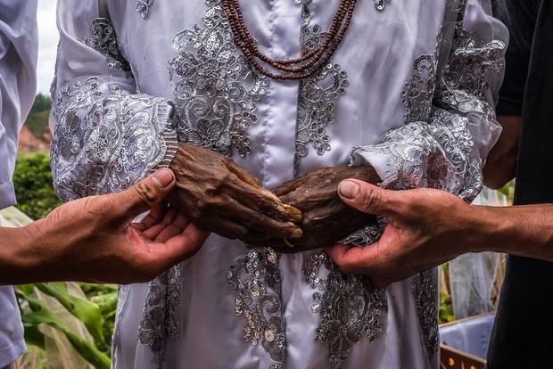 Ăn chung mâm, ngủ chung nhà với thi thể suốt cả năm trời: Những tập tục rùng rợn nhất ở Indonesia - Ảnh 10.