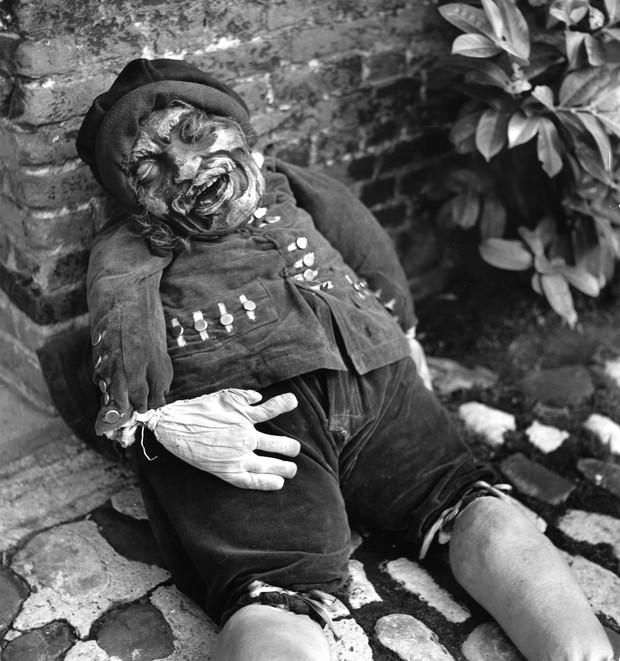 Những bộ hóa trang ám ảnh đến rùng rợn: Halloween ngày xưa kinh dị hơn giờ gấp nhiều lần - Ảnh 9.
