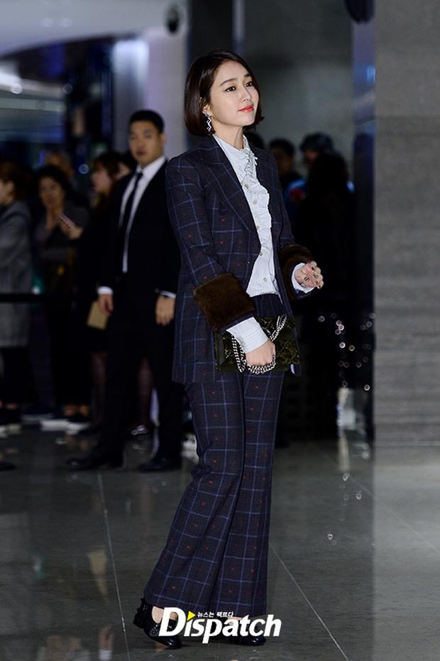 """Sự kiện hiếm có: """"Mẹ Kim Tan"""" Kim Sung Ryung hở bạo, cùng dàn mỹ nhân không tuổi thay nhau """"đè bẹp"""" các nhan sắc đàn em - Ảnh 10."""