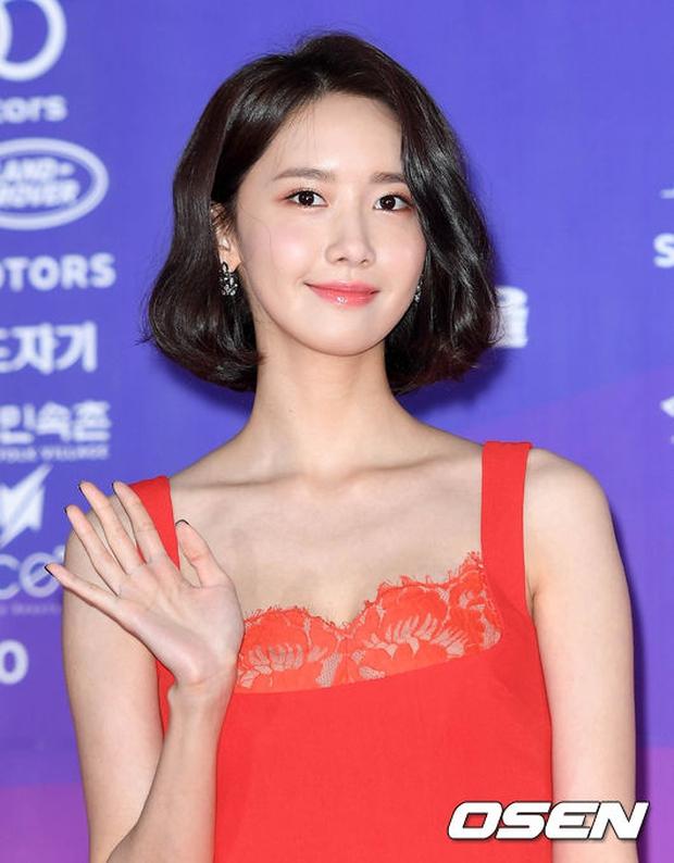 """Thảm đỏ The Seoul Awards: """"Hoa hậu Hàn đẹp nhất thế giới"""" chiếm hết spotlight, Yoona (SNSD) liên tục dùng tay che vòng 1 khiêm tốn - Ảnh 10."""