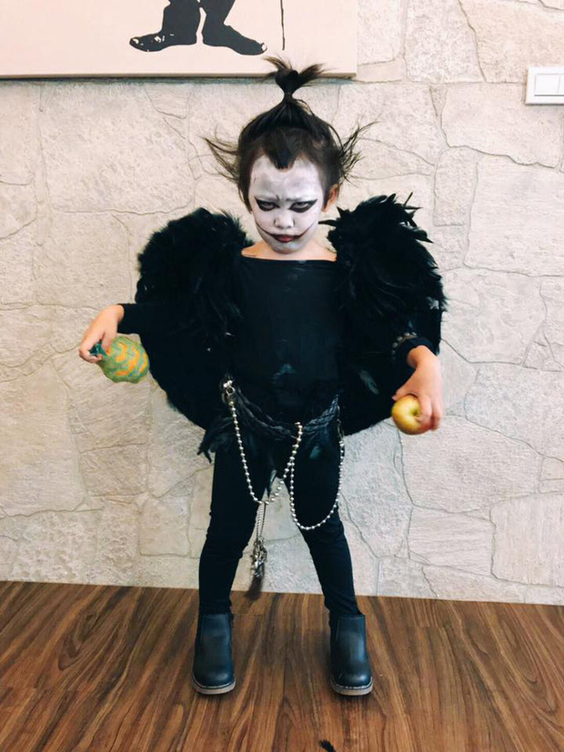 """Chán""""Con ma Vô Diện"""", chị em nhà cô bé Meng Meng diện ngay trang phục thần chết trong Death Note cực kì ấn tượng - Ảnh 6."""
