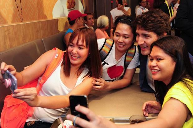 Thủ tướng điển trai Justin Trudeau đi mua gà rán, nước dâu tây và vui vẻ selfie với người hâm mộ tại Philippines - Ảnh 10.