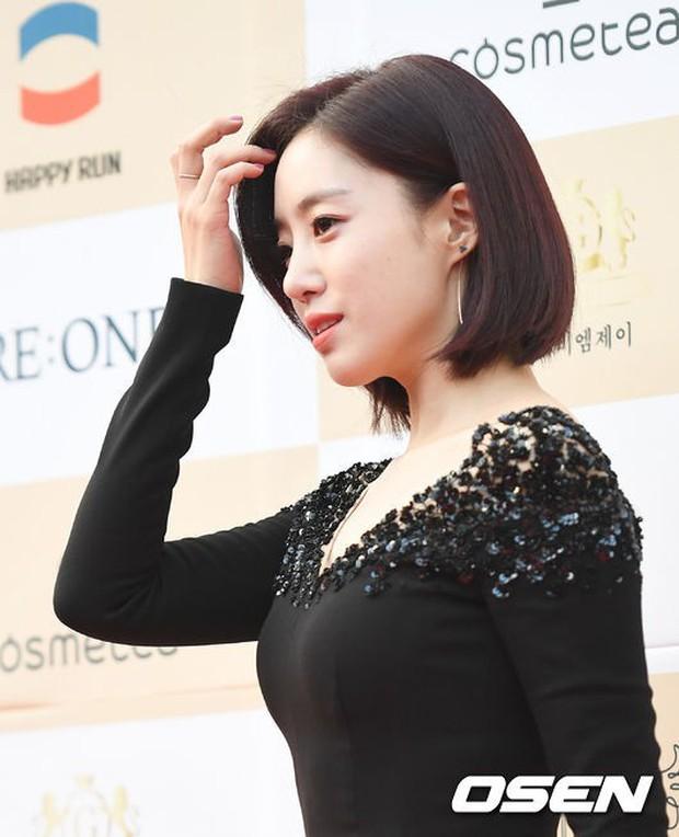 Thảm đỏ Liên hoan phim: Em trai Kim Tae Hee tái xuất, Phạm Băng Băng Hàn Quốc diện đầm khó hiểu bên Eunjung - Ảnh 10.