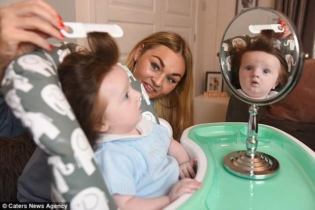Xuýt xoa với vẻ đẹp của cậu bé có nhiều tóc đến nỗi bị nhầm lẫn là con gái khi còn trong bụng mẹ - Ảnh 10.