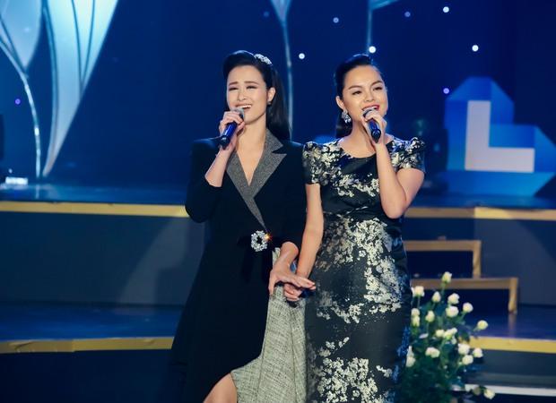 Đông Nhi - Phạm Quỳnh Anh nghẹn ngào trên sân khấu tưởng nhớ 4 năm ngày mất của Wanbi Tuấn Anh - Ảnh 2.