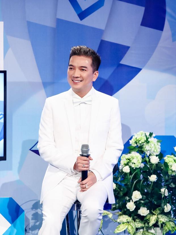 Đông Nhi - Phạm Quỳnh Anh nghẹn ngào trên sân khấu tưởng nhớ 4 năm ngày mất của Wanbi Tuấn Anh - Ảnh 4.