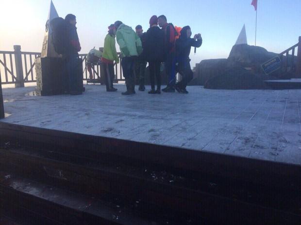 Sương muối trắng xóa đỉnh Fansipan, nhiều em nhỏ và du khách thích thú gom lại đắp thành người tuyết - Ảnh 3.