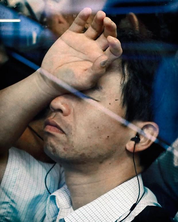 Nỗi chán chường và mệt nhoài với cuộc sống chất đầy chuyến tàu điện Nhật Bản - Ảnh 14.