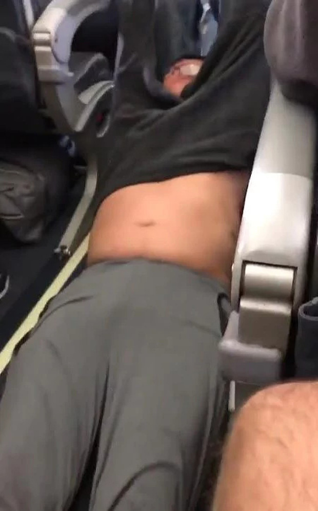 Một nhân viên hàng không Mỹ bị sa thải sau vụ việc bác sĩ châu Á bị lôi thô bạo khỏi máy bay - Ảnh 3.